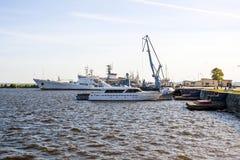 Порт Kronstadt и стоять на кораблях RAID и шлюпках, Gulf of Finland, стоковое фото