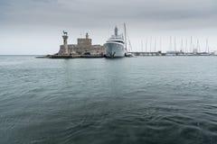 Порт Mandraki входа гавани гавани городка Родоса Стоковая Фотография
