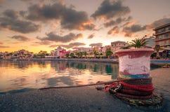 Порт pictursque Sitia, Крита, Греции на заходе солнца Sitia традиционный городок на восточном Крите около пляжа пальм, Стоковые Изображения