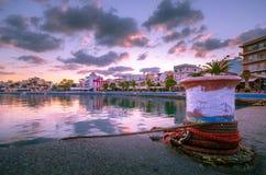Порт pictursque Sitia, Крита, Греции на заходе солнца Sitia традиционный городок на восточном Крите около пляжа пальм, Стоковое Фото