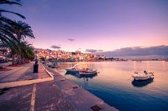 Порт pictursque Sitia, Крита, Греции на заходе солнца Sitia традиционный городок на восточном Крите около пляжа пальм, Стоковое Изображение