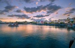 Порт pictursque Sitia, Крита, Греции на заходе солнца Sitia традиционный городок на восточном Крите около пляжа пальм, Стоковое фото RF