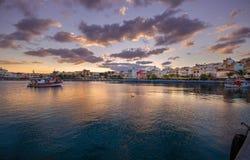 Порт pictursque Sitia, Крита, Греции на заходе солнца Sitia традиционный городок на восточном Крите около пляжа пальм, Стоковые Фото