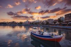 Порт pictursque Sitia, Крита, Греции на заходе солнца Sitia традиционный городок на восточном Крите около пляжа пальм, Стоковые Изображения RF