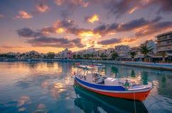 Порт pictursque Sitia, Крита, Греции на заходе солнца Sitia традиционный городок на восточном Крите около пляжа пальм, Стоковые Фотографии RF
