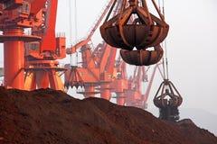 Порт Qingdao, стержень железной руд руды Китая стоковые фотографии rf