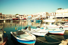 Порт Rethymnon Центр города Крит Греция приземлился продолжающееся солнце лучей плоскости Стоковая Фотография RF