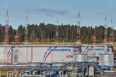 Порт Transneft Ust-Luga, бак для хранения нефти русского масла p стоковое фото rf