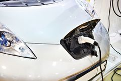Поручать электрический автомобиль стоковое фото rf