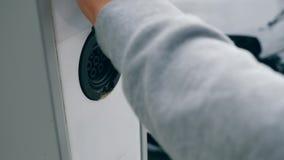 Поручать электротранспорта Человек отключает зарядный кабель от шкафа станции акции видеоматериалы