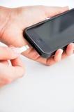 Поручая мобильный телефон Стоковые Фото