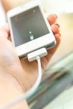 поручая мобильный телефон Стоковое Изображение