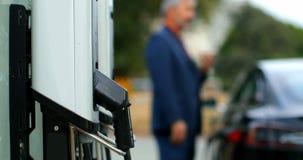 Поручая пункт на зарядной станции 4k акции видеоматериалы