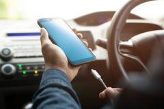 Поручите телефон батареи мобильный умный в автомобиле стоковые изображения