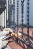 Поручни металла заварки работника на лестницах Украина Стоковые Изображения