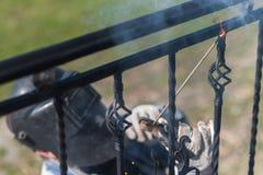 Поручни металла заварки работника на лестницах Украина Стоковое Изображение RF