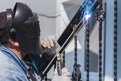 Поручни металла заварки работника на лестницах Украина Стоковые Фото