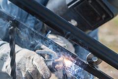 Поручни металла заварки работника на лестницах Украина Стоковая Фотография RF