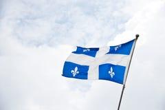 Порхая флаг Квебека Стоковое Изображение RF