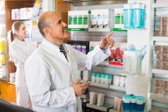 Порция аптекаря и фармации ассистентская Стоковое фото RF
