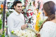 Порция женщины к выбору человека цветков Стоковая Фотография