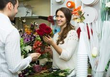 Порция женщины для того чтобы выбрать человека цветков Стоковое фото RF