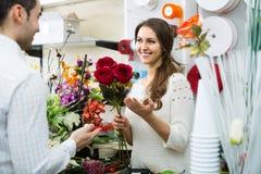 Порция продавца для того чтобы выбрать человека цветков Стоковое фото RF