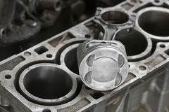 Поршень двигателя или машины, поршень и штанга извлекают для проверки и проверяют, повреждение машины от деятельности деятельност Стоковое фото RF