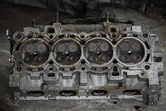 Поршень двигателя или машины, поршень и штанга извлекают для проверки и проверяют, повреждение машины от деятельности деятельност Стоковое Изображение RF