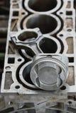 Поршень двигателя или машины, поршень и штанга извлекают для проверки и проверяют, повреждение машины от деятельности деятельност Стоковые Изображения RF