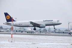 Посадка аэробуса A320-200 D-AIUW Люфтганзы в авиапорте Мюнхена Стоковое Изображение