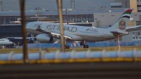 Посадка аэробуса A330 Etihad сток-видео