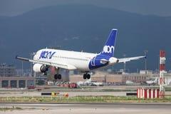 Посадка аэробуса A320 Joon на Барселоне стоковые фото