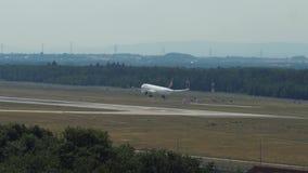 Посадка аэробуса A321 ` s Люфтганзы на авиапорте Франкфурта-на-Майне сток-видео