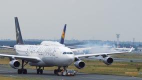 Посадка аэробуса A380 Superjumbo ` s Люфтганзы на авиапорте Франкфурта-на-Майне сток-видео
