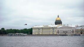 Посадка вертолета в городе видеоматериал