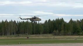 Посадка вертолета на взгляде взлетной зоны видеоматериал