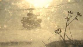 Посадка вертолета Mi-8 на солнечный зимний день, поднимая пыль снега акции видеоматериалы