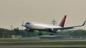 Посадка в авиапорте Мюнхена, взгляд Delta Airlines конца-вверх