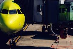 Посадка и прибытие пассажиров в форме Рукав лестница водит сразу к аэропорту стоковые изображения