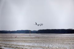 Посадка Люфтганзы CityLine Embraer ERJ-195 D-AEMD в авиапорте Мюнхена Стоковая Фотография RF