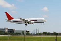 посадка реактивного грузового самолета самомоднейшая Стоковые Изображения