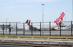 Посадка самолета авиакомпании девственницы на авиапорте кузнца Сиднея Kingsford, Австралии стоковое фото rf