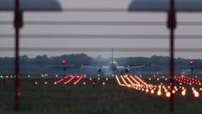 Посадка самолета во время захода солнца видеоматериал