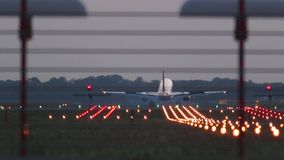 Посадка самолета во время захода солнца акции видеоматериалы