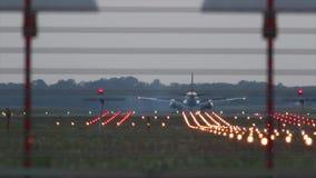 Посадка самолета во время захода солнца сток-видео