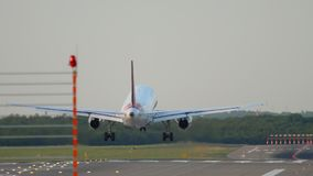 Посадка самолета в Дюссельдорф акции видеоматериалы