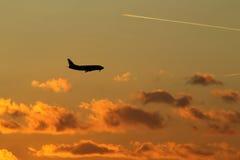 Посадка самолета в Прага (Ruzyne), захода солнца Стоковая Фотография