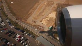 Посадка самолета, красивая тень воздушного судна на том основании акции видеоматериалы