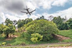 Посадка самолета над холмами Сан-Диего, CA Стоковые Фото